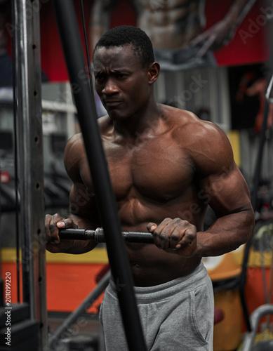 czarna atleta trenuje na siłowni
