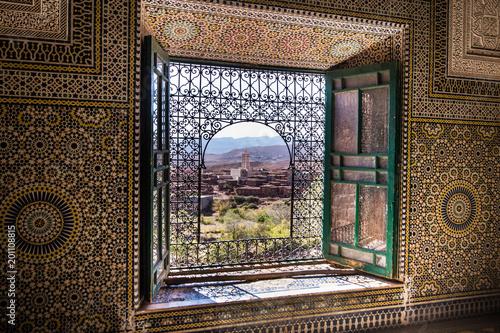 Okno Islamski pałac przegapia antycznego miasto w Maroko