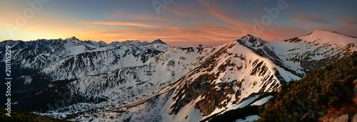 Panoramiczny widok z szczytu Giewontu na szczyt Kopa Kondracka.