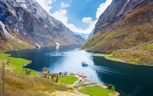 Naeroyfjord - krajobraz fiordu w regionie Sogn og Fjordane.