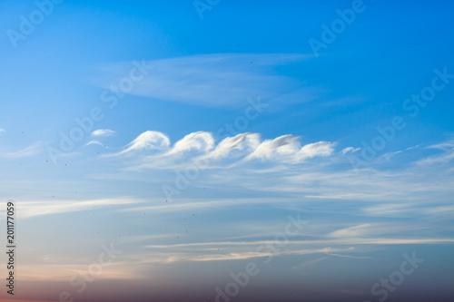 Zmierzch niebo z pięknymi chmurami pierzastych