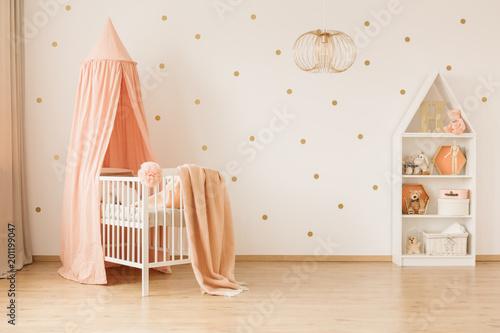 Przestronne wnętrze sypialni dziecka