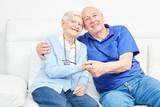 Glückliches Senioren Paar hält sich an den Händen