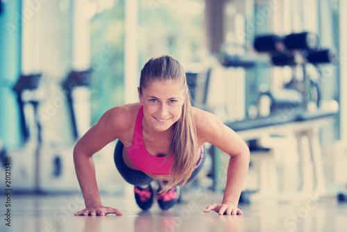 rozgrzewka i robienie pompek na siłowni