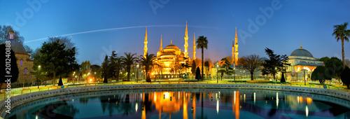Sultanahmet Camii lub Błękitny meczet przy półmrokiem, Istanbuł, Turcja