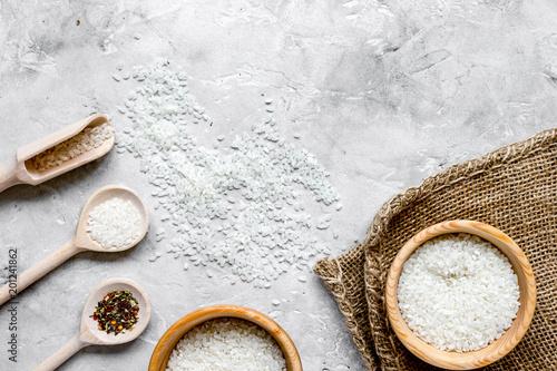 ryż do paelli na tle kamień widok z góry makiety