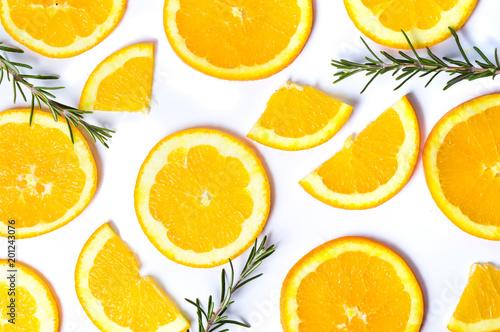 Pokrojone pomarańcze z rozmarynowym tło wzorem odizolowywającym