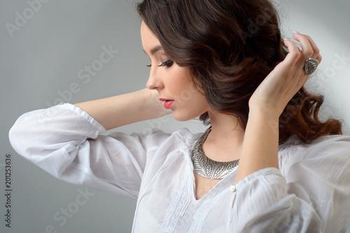 delikatna młoda dziewczyna z luksusowymi srebrnymi ornamentami