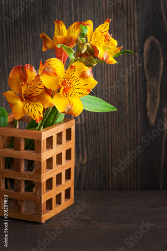 Żółte kwiaty lilly w drewnianym pudełku