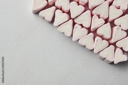 Różowy kierowy kształt od marshmallow, walentynki miłości piękny tło, kopii przestrzeń