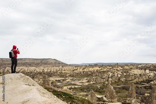 Aluminium Wit traveler in a red sweatshirt looks at the landscape of Cappadocia