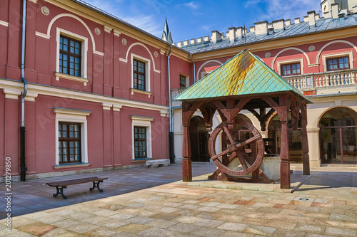 Foto Murales Old well in the Сourtyard