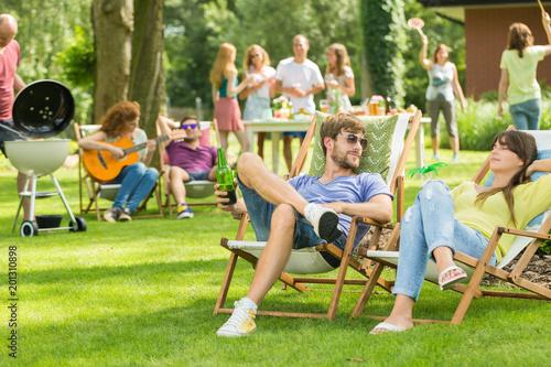 Młodzi przyjaciele o pikniku barbecue