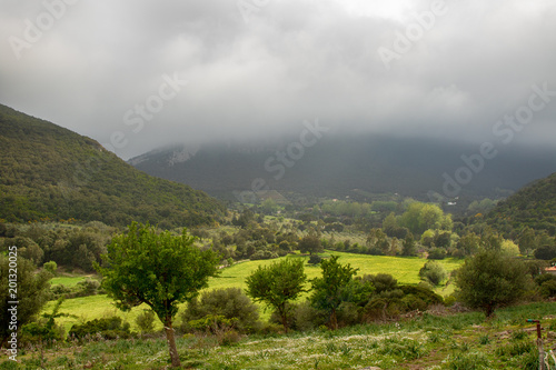 Krajobraz w Włochy z świeżą zielenią, podeszczowe chmury