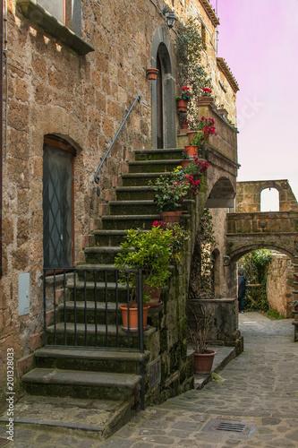 Scorcio di Civita di Bagnoregio decorato con vasi di fiori al tramonto