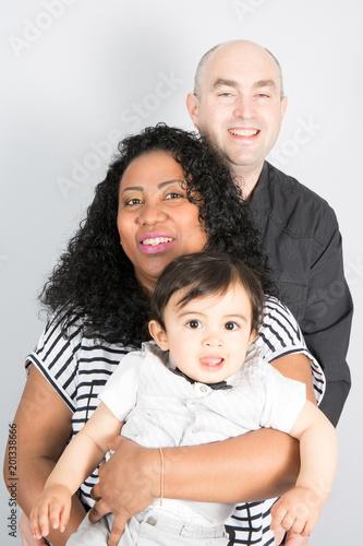 szczęśliwa rodzina nowoczesny mieszany wyścig naród czarny i kaukaski z małym chłopcem syna