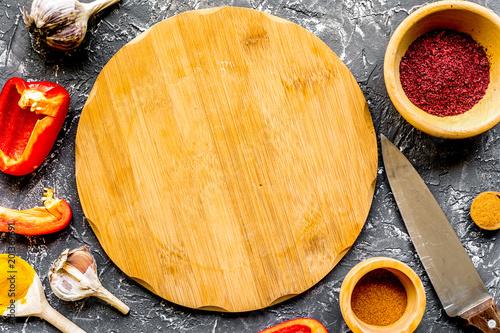 skład narzędzi kuchennych i przypraw na blat kuchenny vie