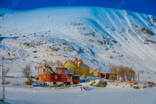 Plenerowy widok drewniani domy częściowi zakrywający z śniegiem w Lofoten wyspach
