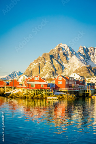 Foto Murales View of many wooden houses in the shore of Henningsvaer in Lofoten islands