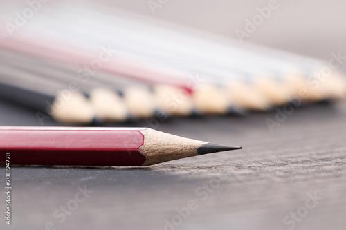 Łupkowy ołówek na tle serie brogujący sklejony ołówki na czerni powierzchni