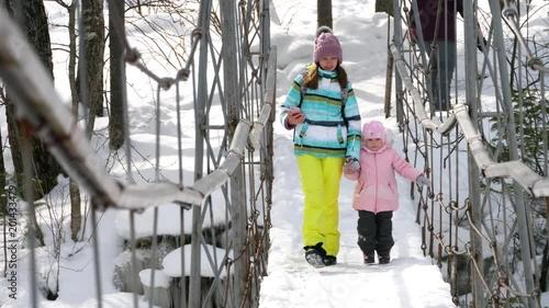 Obraz na płótnie Mom with a three-year-old daughter on suspend bridge