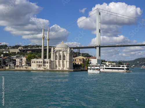 Foto Murales Ortakoy mosque and bridge from ferry