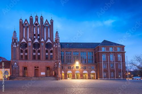 Foto Murales Gothic City Hall facade in Frankfurt Oder at dusk