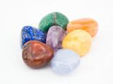 Mineralsteine - Heilsteine - Schmucksteine auf weißem Hintergrund