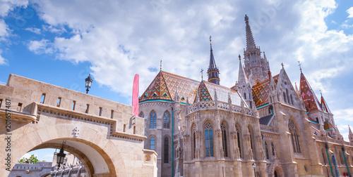 Kościół Matthias (Nagyboldogasszony-templom) w Bastionie Rybaka w sercu Zamku Królewskiego w Budzie. Piękny styl architektury gotyckiej. Summertime słoneczny dzień w Budapest, Węgry.