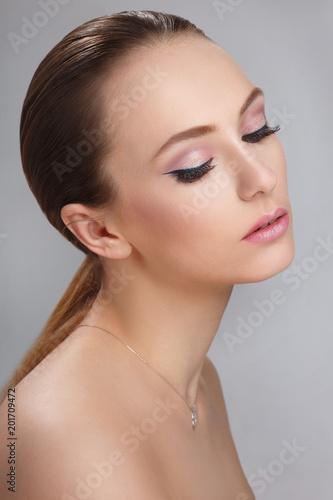 Delikatny mody piękna portret piękna dziewczyna odizolowywająca na popielatym tle.
