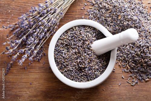Aluminium Lavendel dried lavender flowers on a wooden board