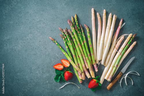 Foto Murales Green and white fresh asparagus
