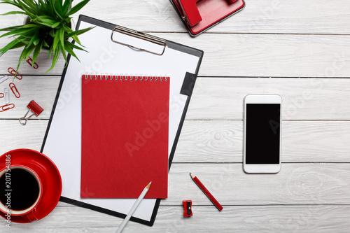 białe tablice tablice czerwone notatnik kubek poranna kawa zegar spinacz biurowy