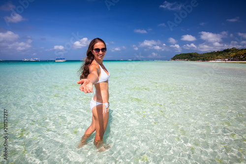 Foto Murales Woman rests at the sea on Boracay island, Philippines