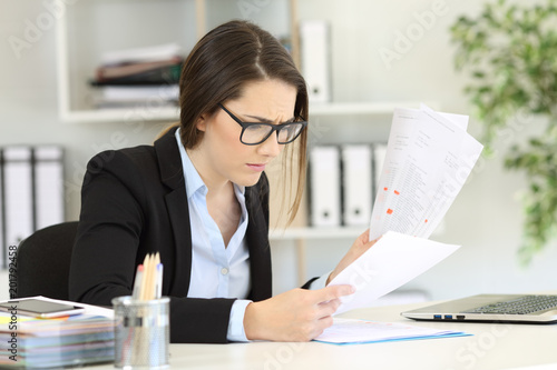 Worried office worker reading sales reports © Antonioguillem