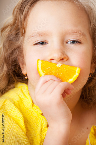 Dziecko z pomarańczami