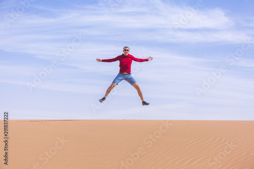 Turysta skacze na wydmie Wadi Araba desert, Jordania