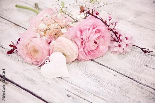 Leinwanddruck Bild Grußkarte - Frühlingsblumen - Blumenstrauß rosa nostalgisch