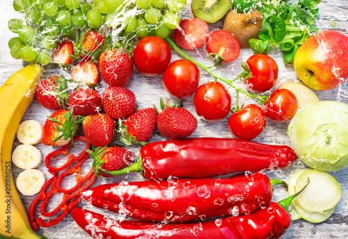 Foto Murales Frisches Obst und Gemüse mit Wasser