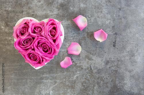 Fototapeta Herz aus Rosen in pink auf Hintergrund grau
