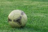stara piłka na trawie