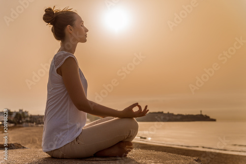 Foto Murales Frau macht yoga