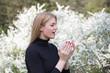Leinwanddruck Bild - Frau reagiert mit Heuschnupfen auf Pollenflug