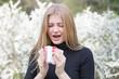 Leinwanddruck Bild - Frau reagiert mit Heuschnupfen alergisch auf Pollenflug