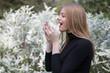 Leinwanddruck Bild - Frau mit Heuschnupfen