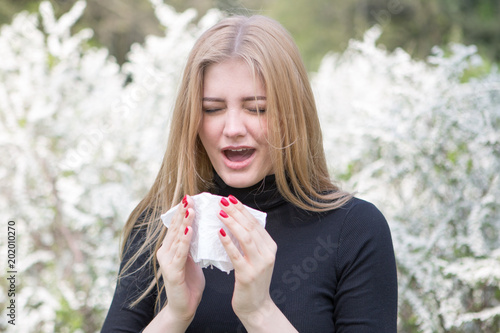 Leinwanddruck Bild Frau reagiert mit Heuschnupfen alergisch auf Pollenflug