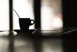 café tasse bar comptoir noir silhouette plaisir boire matin remontant humeur bien être petit déjeuner salle restaurant douceur odeur - 202035667