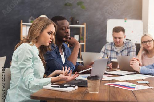 Partnerzy biznesowi pracują w nowoczesnym biurze
