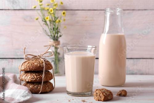 Plexiglas Milkshake топленое молоко в стакане и с полевыми цветами