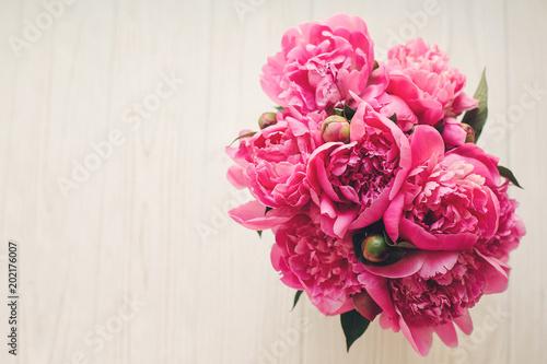 romantyczne różowe piwonie na rustykalne białe drewniane tła, widok z góry, miejsca na tekst. kwiatu karty z pozdrowieniami makiety, płaskie świeckich. koncepcja szczęśliwy dzień matki. różowe kwiaty, obraz wiosny